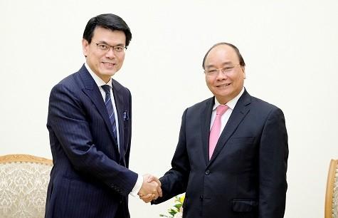 Thủ tướng tiếp ông Khâu Đằng Hoa, Cục trưởng Phát triển Thương mại và Kinh tế Hong Kong (Trung Quốc) - Ảnh: VGP