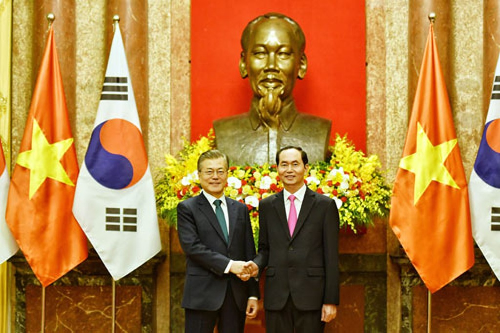 Chủ tịch nước Trần Đại Quang, phải, bắt tay Tổng thống Hàn Quốc Moon Jae-in tại Phủ Chủ tịch.