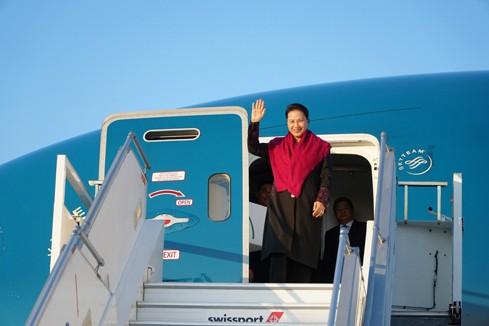 Chủ tịch Quốc hội Nguyễn Thị Kim Ngân đến sân bay Geneva, bắt đầu chuyến tham dự Đại hội đồng IPU - 132. Ảnh ĐBND