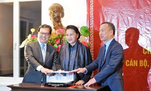 Chủ tịch Quốc hội Nguyễn Thị Kim Ngân trao tặng mô hình Nhà Quốc hội cho Đại sứ, Trưởng Phái đoàn Việt Nam tại Geneva và Đại sứ Việt Nam tại Thụy Sĩ. Ảnh: ĐBND