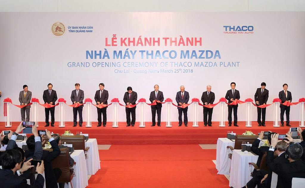 Thủ tướng và các đại biểu cắt băng khánh thành Nhà máy sản xuất ô tô Thaco Mazda. Ảnh: VGP