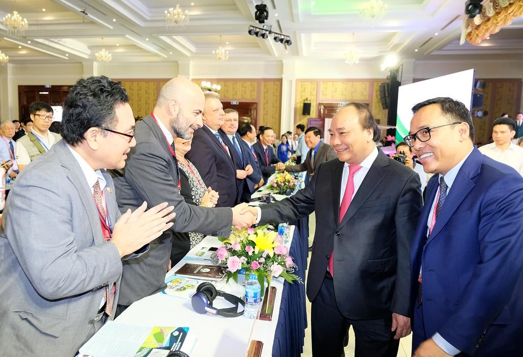 Thủ tướng Nguyễn Xuân Phúc tới dự Hội nghị Xúc tiến đầu tư lớn nhất từ trước đến nay của tỉnh Vĩnh Long. Ảnh: VGP