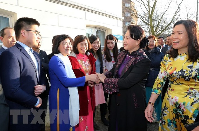Cán bộ, nhân viên Đại sứ quán và bà con Việt kiều đón Chủ tịch Quốc hội Nguyễn Thị Kim Ngân. Ảnh: TTXVN