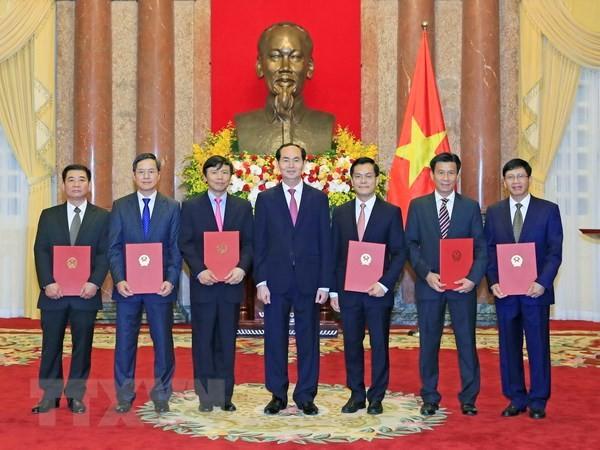 Chủ tịch nước Trần Đại Quang trao Quyết định bổ nhiệm sáu Đại sứ đặc mệnh toàn quyền. Ảnh: TTXVN
