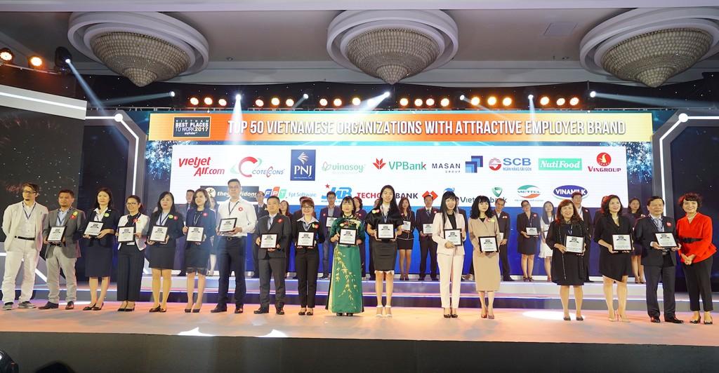 """Quang cảnh buổi lễ tôn vinh """"Top 100 Nơi Làm Việc Tốt Nhất Việt Nam 2017"""" tại Tp.HCM"""