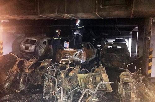 Xe cháy ở tầng hầm khiến khói đen tràn lên tầng trên gây ngạt.