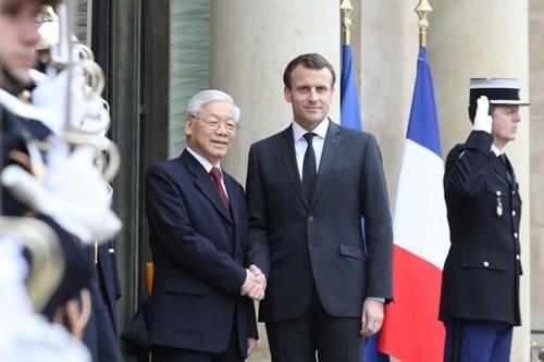 Tổng bí thư Nguyễn Phú Trọng bắt tay Tổng thống Pháp Emmanuel Macron. Ảnh: AFP.