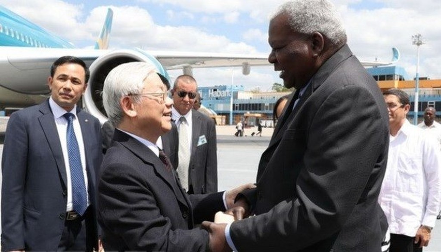 Đồng chí Esteban Lazo Hernández, Ủy viên Bộ Chính trị, Chủ tịch Quốc hội, cùng nhiều quan chức của Đảng, Chính phủ Cuba ra tận chân cầu thang máy bay nồng nhiệt chào đón Tổng Bí thư Nguyễn Phú Trọng. Ảnh báo Nhân Dân