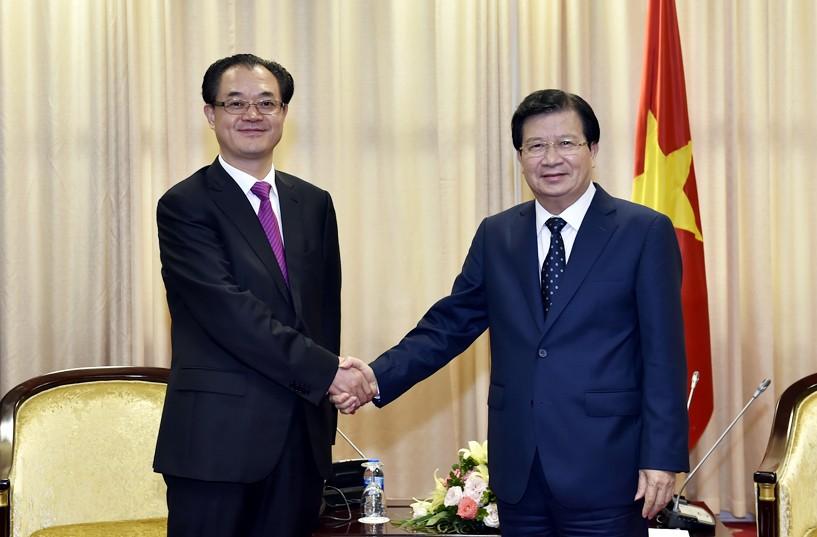 Phó Thủ tướng Trịnh Đình Dũng và đồng chí Lưu Quế Bình, Phó Thị trưởng TP.Trùng Khánh. Ảnh: VGP