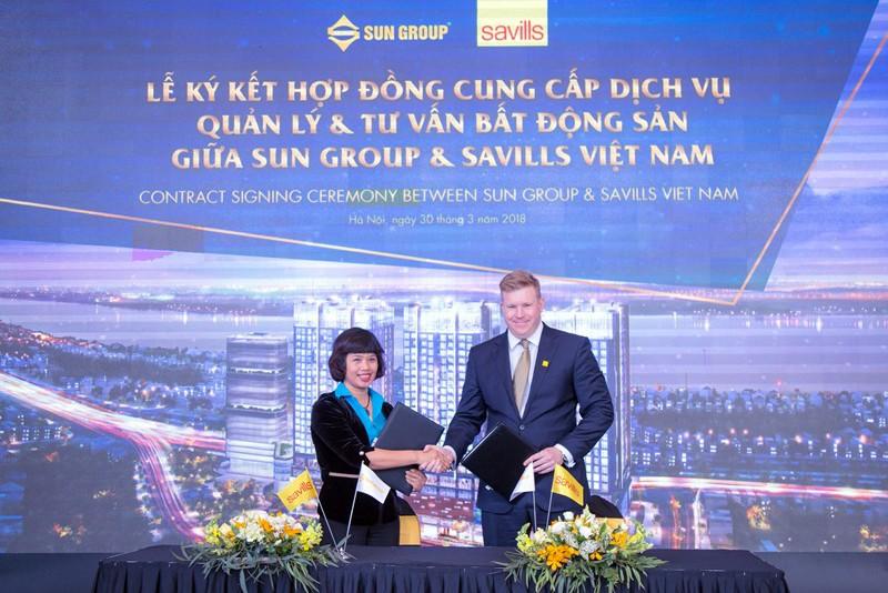 Đại diện chủ đầu tư - bà Nguyễn Thị Thu Hiền và đại diện Savills Việt Nam - ông Matthew Powell thực hiện nghi lễ ký kết hợp tác.