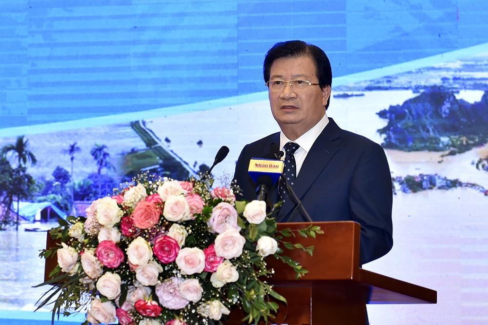 Phó Thủ tướng Trịnh Đình Dũng chủ trì phiên làm việc chiều của Hội nghị toàn quốc về phòng chống thiên tai. Ảnh: VGP