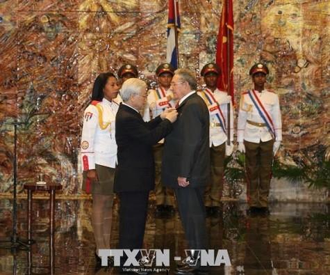 Tổng Bí thư Nguyễn Phú Trọng trao Huân chương Sao vàng tặng đồng chí Raul Castro Ruz - Ảnh: TTXVN
