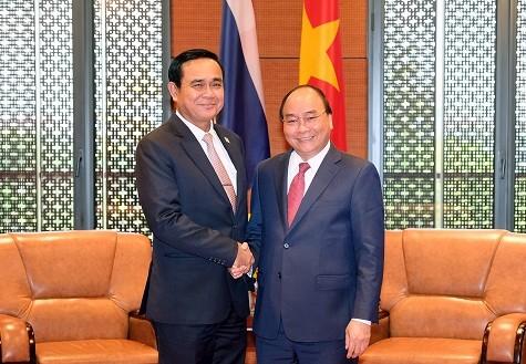 Thủ tướng Nguyễn Xuân Phúc gặp Thủ tướng Thái Lan Prayuth Chan-ocha. Ảnh: VGP