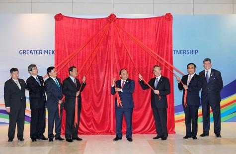 Thủ tướng Nguyễn Xuân Phúc cùng đại diện các nước tham dự và rút băng khai mạc Triển lãm - Ảnh: VGP