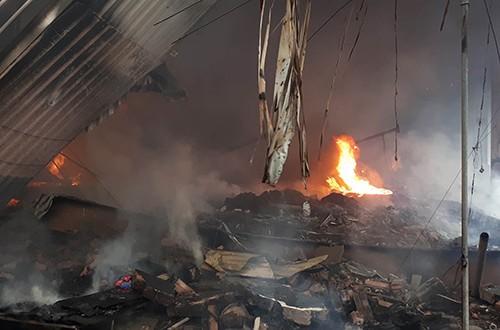 Đám cháy bùng lên từ kho hàng giữa chợ.