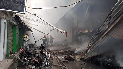 Chợ hơn 1.000 m2 ở Hà Nội bốc cháy dữ dội - ảnh 1