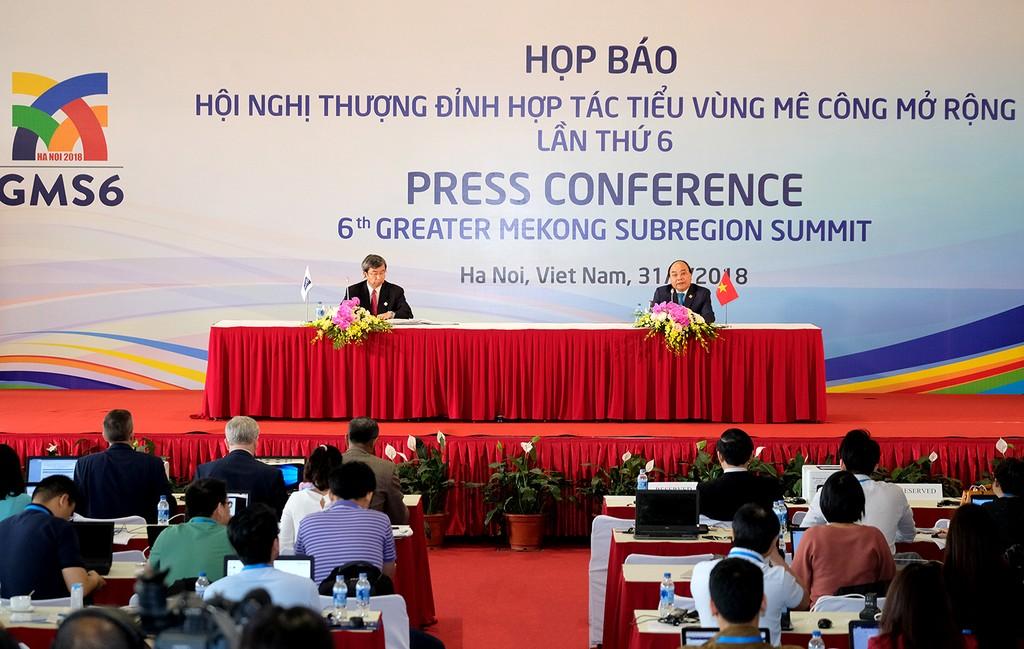 Thủ tướng Chính phủ Nguyễn Xuân Phúc cùng Chủ tịch ADB họp báo thông báo kết quả Hội nghị Thượng đỉnh GMS 6. - Ảnh: VGP