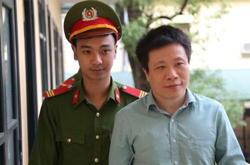 Cựu chủ tịch Oceanbank Hà Văn Thắm (phải) ở phiên tòa sơ thẩm.