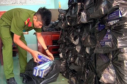 Ôtô tải giấu 18.000 gói thuốc lá lậu trong 'khoang bí mật' - ảnh 1