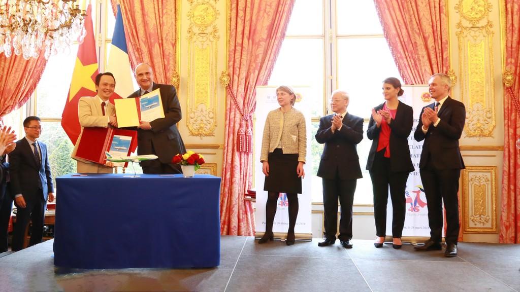 Ông Trịnh Văn Quyết, Chủ tịch HĐQT FLC và Phó Chủ tịch Airbus phụ trách thương mại Eric Schulz ký Biên bản ghi nhớ ngày 26/3 tại Pháp, dưới sự chứng kiến của Tổng Bí thư Nguyễn Phú Trọng và Chủ tịch Quốc hội Pháp François de Rugy.
