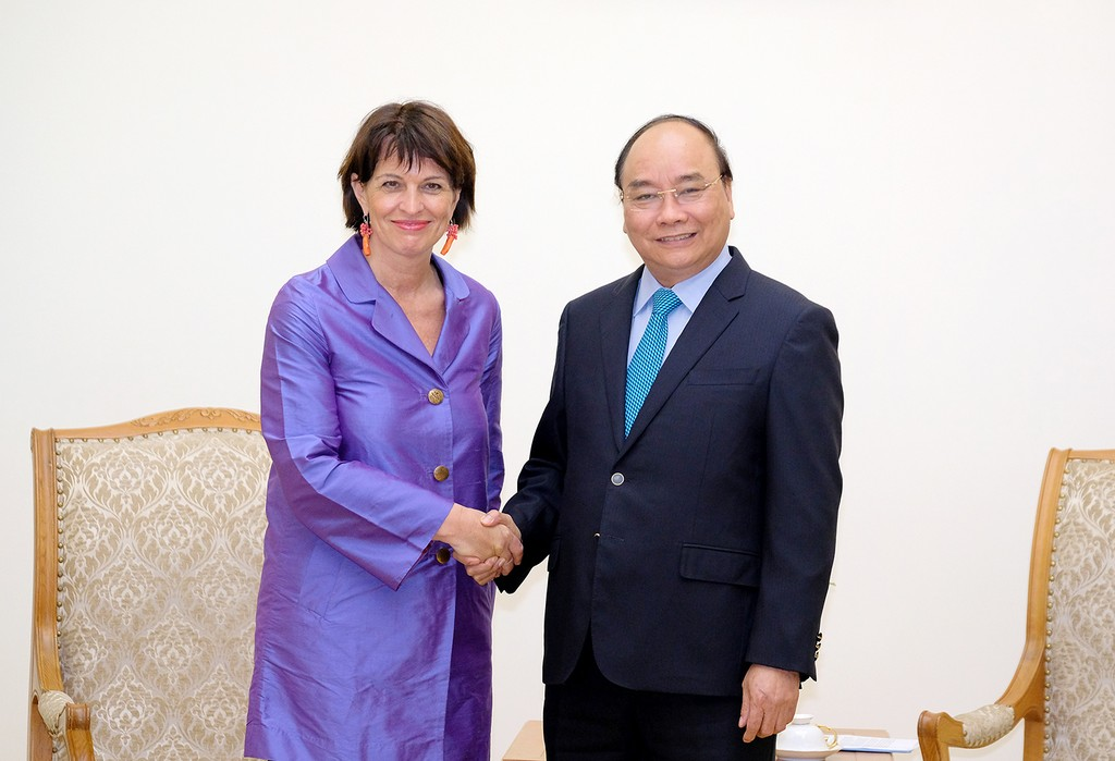 Thủ tướng Nguyễn Xuân Phúc tiếp Bộ trưởng phụ trách Môi trường, Giao thông, Năng lượng và Truyền thông Thụy Sĩ, bà Doris Leuthard. Ảnh: VGP