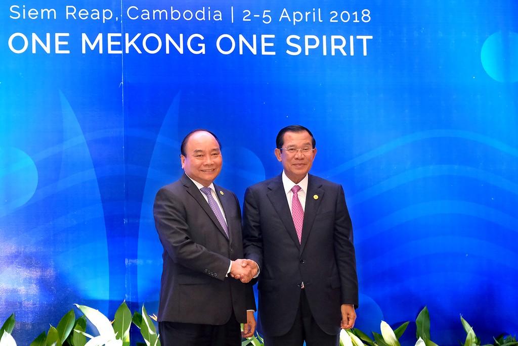Thủ tướng Nguyễn Xuân Phúc và Thủ tướng Campuchia Hun Sen. Ảnh: VGP