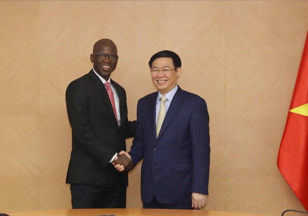 Phó Thủ tướng Vương Đình Huệ và Giám đốc quốc gia WB tại Việt Nam, ông Ousmane Dione. Ảnh: VGP