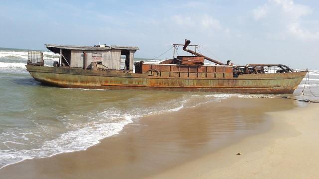 Tàu sắt vô chủ bị sóng đánh dạt vào bờ biển Hà My Đông B