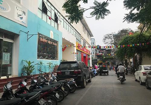 Lối vào chung cư số 46/230 Lạc Trung không đảm bảo thoát hiểm vì chỉ có một đường, lại chật hẹp.