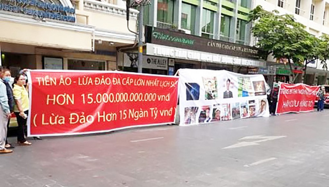 TPHCM: Dân treo băng rôn tố công ty tiền ảo lừa 15 nghìn tỉ đồng - ảnh 1