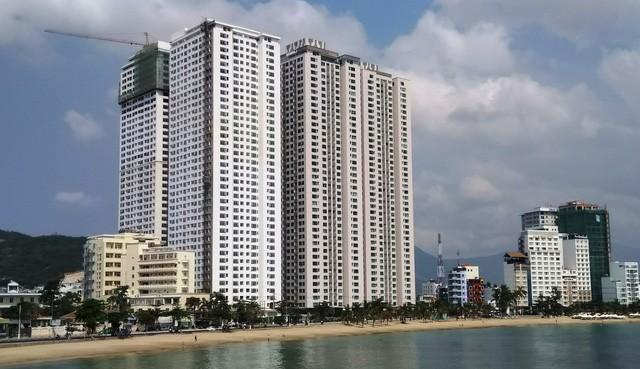 Các tòa cao ốc vượt trần trên 40 tầng của dự án chung cư, khách sạn Oceanus Mường Thanh Viễn Triều đã xây áp sát đường Phạm Văn Đồng và bãi biển danh thắng du lịch Hòn Chồng, Nha Trang