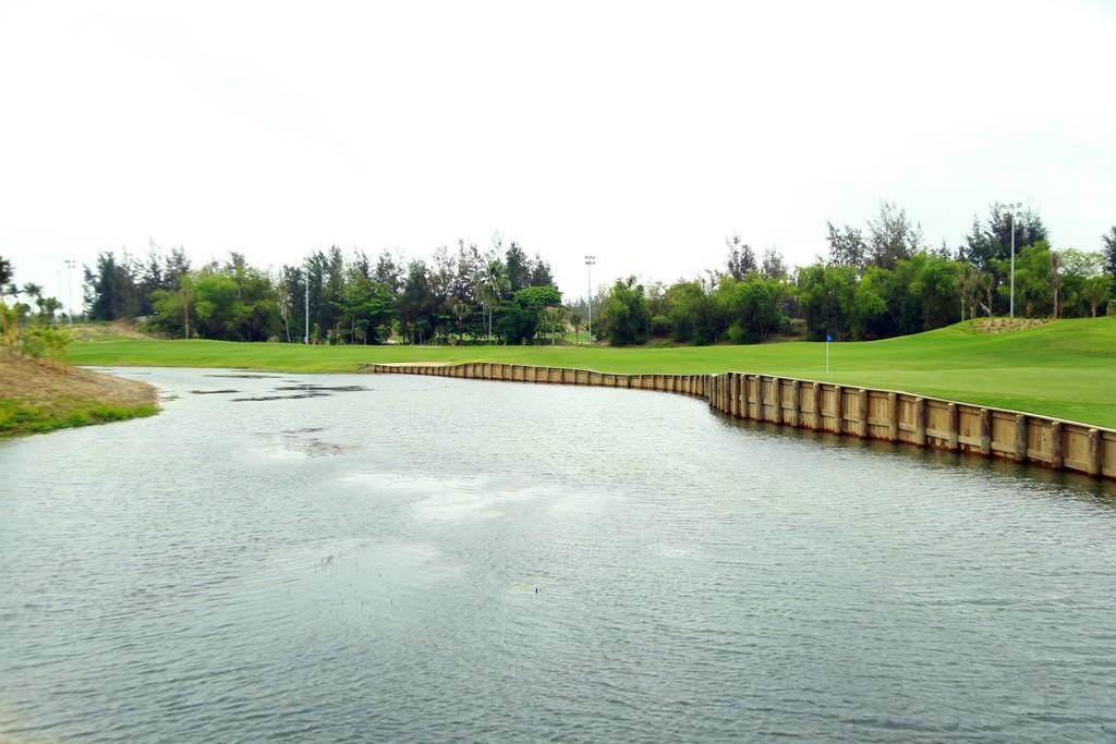 BRG Đà Nẵng Golf Resort chào đón sân gôn phong cách bờ kè đầu tiên tại Châu Á - ảnh 1