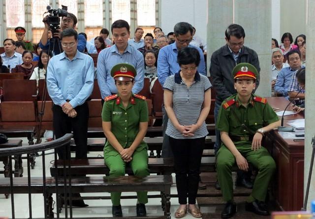 Cựu Đại biểu Quốc hội Châu Thị Thu Nga cùng các đồng phạm nghe tòa sơ thẩm tuyên án.