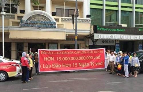 Số lượng ít ỏi người đến trước văn phòng Modern Tech trên phố Nguyễn Huệ tố cáo công ty này lừa đảo bằng hình thức huy động vốn đầu tư vào tiền ảo Ifan, Pincoin.
