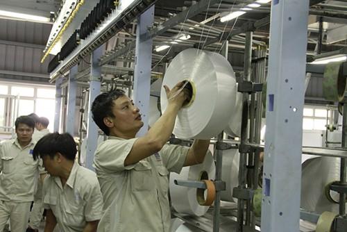Công nhân thử sợi tại phân xưởng sợi của PVTex.
