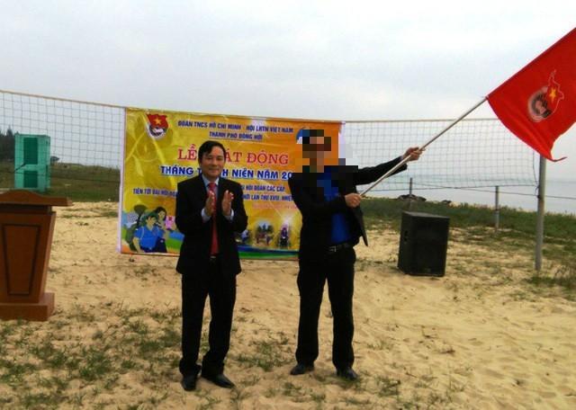 """Ông Hà Quốc Phong (bìa trái) trong một buổi dự lễ phát động """"Tháng thanh niên của Thành đoàn Đồng Hới"""""""