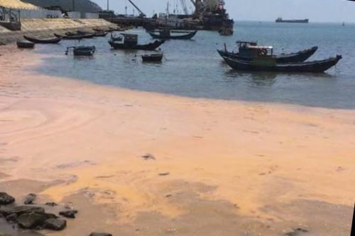 Vệt nước màu đỏ xuất hiện ở bờ biển xã Quảng Đông. Ảnh: H.L