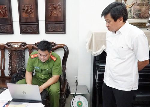 Ông Đoàn Ngọc Hải và đoàn kiểm tra làm việc với các khách sạn.