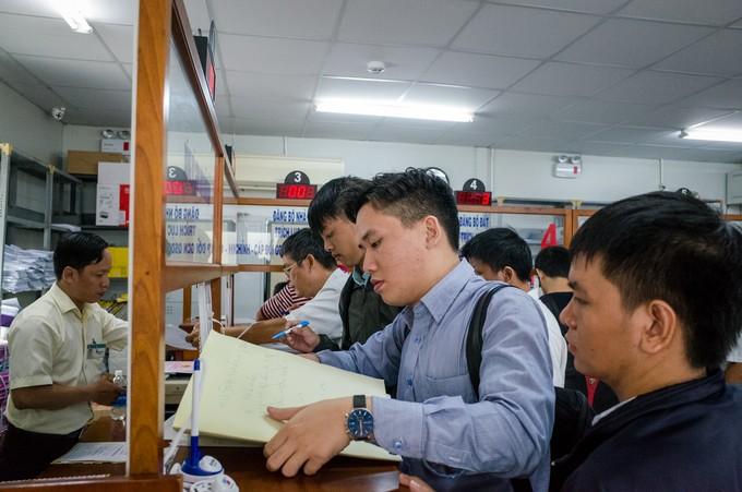 Người Sài Gòn rồng rắn xếp hàng làm thủ tục nhà đất - ảnh 9