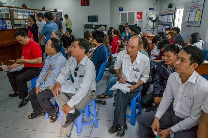 Người Sài Gòn rồng rắn xếp hàng làm thủ tục nhà đất - ảnh 6