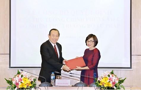 Phó Thủ tướng Trương Hòa Bình trao quyết định bổ nhiệm bà Đặng Hoàng Oanh, Vụ trưởng Vụ Hợp tác quốc tế (Bộ Tư pháp) giữ chức vụ Thứ trưởng Bộ Tư pháp - Ảnh: VGP