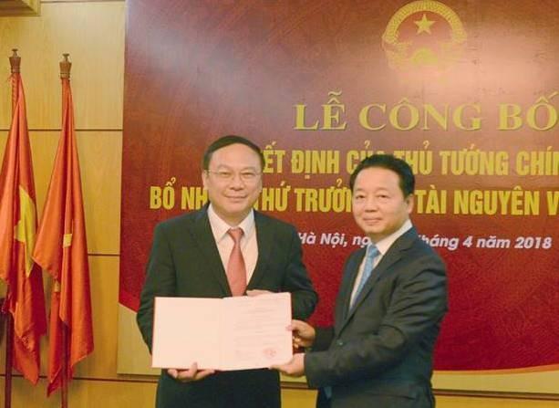 Thừa ủy quyền của Thủ tướng Chính phủ, Bộ trưởng Bộ TN&MT Trần Hồng Hà đã trao quyết định của Thủ tướng cho tân Thứ trưởng Lê Công Thành. Ảnh báo TNMT