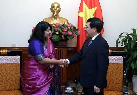 Phó Thủ tướng Phạm Bình Minh tiếp bà Samina Naz, Đại sứ Đặc mệnh toàn quyền Cộng hòa Nhân dân Bangladesh tại Việt Nam - Ảnh: VGP