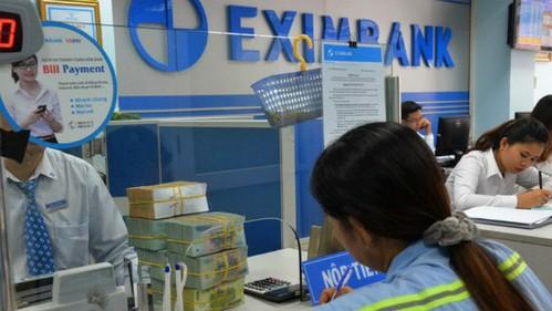 Khách thực hiện giao dịch tại Ngân hàng Xuất nhập khẩu Việt Nam. Ảnh: PV.