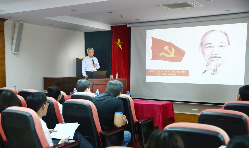 Đồng chí Trần Hồng Hà, Phó Bí thư Đảng ủy Khối các cơ quan Trung ương nói chuyện tại buổi sinh hoạt chuyên đề do Báo Đấu thầu tổ chức. Ảnh: Lê Tiên