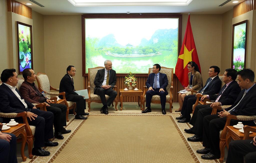 Phó Thủ tướng Vương Đình Huệ tiếp ông Christian Hinch, Phó Chủ tịch Tập đoàn TalanxAG và Chủ tịch HDI Global SE - Ảnh: VGP