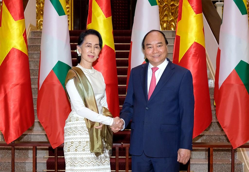 Thủ tướng Nguyễn Xuân Phúc và Cố vấn Nhà nước, Bộ trưởng Bộ Ngoại giao-Bộ trưởng Văn phòng Tổng thống Cộng hòa Liên bang Myanmar Aung San Suu Kyi. Ảnh: VGP