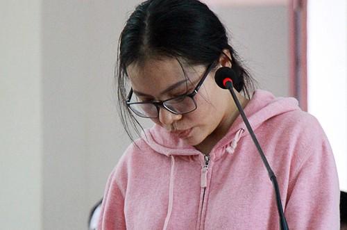 Bị cáo Phan Thị Huyền cúi gằm mặt suốt phiên tòa.