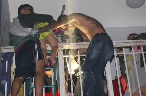 Người dân trèo ban công thoát khỏi vụ cháy chung cư Carina.