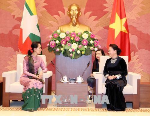 Chủ tịch Quốc hội Nguyễn Thị Kim Ngân tiếp bà Aung San Suu Kyi, Cố vấn Nhà nước Myanmar. Ảnh: TTXVN